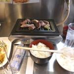 67475834 - 【画像③】一人分のスペース、充分です。肉の皿だけ横に置く感じでした。