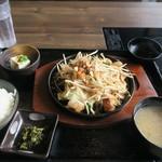 博多もつ鍋 いっぱち - ホルモン焼き鉄板定食 830円(税込)