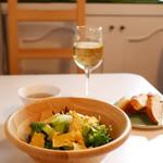 67478280 - 無農薬野菜のサラダと白ワイン