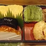 よつ谷 - 玉子焼き、鮭の昆布巻き、ホタテひもの煮物、焼き蒲鉾、小エビ天ぷら、抹茶わらび餅
