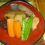 よつ谷 - 筑前煮  椎茸、人参、絹さや、牛蒡、里芋、       蓮、蒟蒻、鶏肉