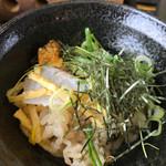 67481664 - ご飯は赤めしで、すし飯になってるから、ひつまぶしみたいにお茶漬けにすると…米のすっぱさが増すからあまりオススメしない                       ( ̄▽ ̄;)