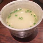 博多水炊き 大和 - 最初に水炊きスープを味見