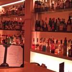 Bar Masters - 店内はカウンターのみ、おひとり様でもお気軽に。