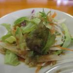 中華居酒屋 森盛酒場 - 大根、レタス、ニンジン、紫キャベツのサラダアップ