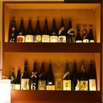 UMAMI日本酒弐番館 - 店内には日本酒がズラリ