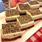 デリス - 黒ゴマと小豆のケーキ