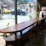 カフェ・カルディー - 大きなガラス越しの長いカウンター席