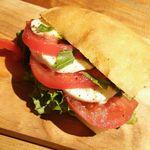 67494140 - トマトとモッツァレラのサンドイッチ