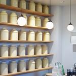 チャガマ - 大きな茶筒が並ぶ