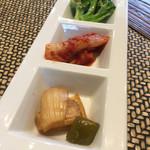 明洞房 - ブロッコリー、白菜キムチ、玉ねぎと青唐辛子の醤油漬