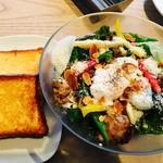 67500511 - ブリオッシュフレンチトーストブランチ 6種の野菜とスパイシーグリルチキンのサラダ ポーチドエッグ添え¥1600