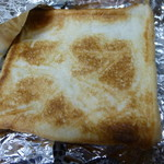 丸美屋自販機コーナー - ホイルをはがすと奇麗にトーストされたパン