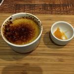 Bonne qúela - デザートは、ローズマリーのクレームブリュレ グレープフルーツのジャム添え
