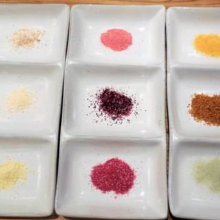 『塩で食べる餃子』9種類の塩から選べます!