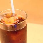 サングリア - セットのドリンク。アイスコーヒー。すでに砂糖入り。