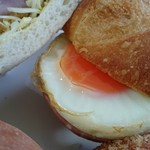 67538896 - ボロニアソーセージと卵のフランスパンサンド