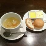 67551954 - スープ…撮りかたで少なそうに見えるけどそんなに少ないです。パン…オリーブオイル、バターでどうぞ