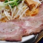 麺作 赤シャモジ - 「あわシャモジ・特製濃熟辛味噌らーめん(大盛り)」のレアチャーシュー