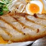 麺作 赤シャモジ - 「あわシャモジ・特製濃熟辛味噌らーめん(大盛り)」の炙りチャーシュー