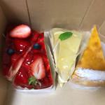 四村ショッパーズ デリカスィーツ&ベーカリー - 料理写真:苺タルト、八朔タルト、チーズケーキ