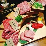 炭火焼肉・にくなべ屋 神戸びいどろ - お肉の階段!