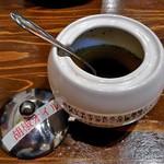 麺作 赤シャモジ - 卓上に常備された『胡椒オイル』