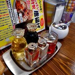 麺作 赤シャモジ - 卓上に常備された調味料類