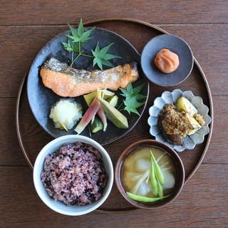 【鮭の塩焼きと季節のおばんざい定食】