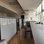 ラムダイニング大倉山 - 窓に向いたカウンター席