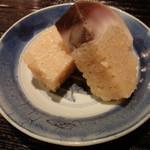 燕 - 赤酢のシャリの鯖すし。厚みありますね