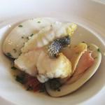 67561807 - 三河湾 天然スズキ(2人分)2,800円:アラカルトから頂きました。大きな千葉産 蛤からでる 魚介類の お出汁がイイですネ! スズキのぷりぷりな触感も素敵です。美味しい!