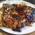 お好み焼 みうらや - 料理写真:肉玉ホルモン 鉄板からカットして食べています ※かなりのピンボケ、申し訳ありません(2017.05.24)