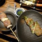 どでん舌 - 焼き物はラム串とシシトウのチーズ入り肉巻き
