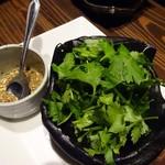 どでん舌 - チゲ豆腐にはお好みで花椒とパクチーを