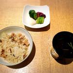 Mizuki - 鶏の炊き込みご飯、赤出汁、香の物
