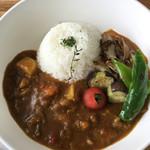サングラムカフェ - 煮込みの牛すじに焼き野菜たっぷりのカレー