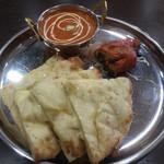 ネパールキッチンサクラ - チーズナンランチ 写真の他にサラダとドリンクが付いてきます
