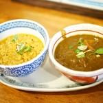初台スパイス食堂 和魂印才たんどーる - 鶏挽き肉とナンコツのキーマカレー・根菜黒ゴマカレー