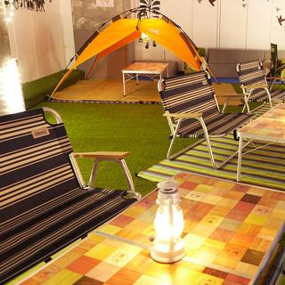夜のキャンプをイメージした店内