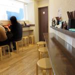 中華そば くにまつ - 店内は、壁に向くカウンター席のみで、こじんまりしております。