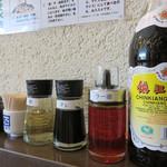 中華そば くにまつ - 卓上。 花椒(中国山椒)・酢・黒酢・タレ・ラー油があります。
