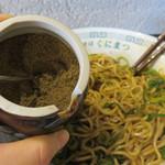 中華そば くにまつ - 20回位、底から返すようによく混ぜます。好みで花椒を追加。