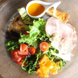 ボリューム満点!地場の野菜や食材を豪快に詰め込んだ前菜