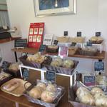 NANA CAFE - お店に入ってすぐは、ベーグル専門店になっています。