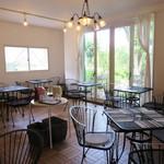 NANA CAFE - お店の奥にカフェスペースがあります。