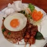 ハッピーバリ - ナシゴレン (ランチメニューのナシゴレン800円 スープとサラダつき)