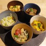 スパイスバル コザブロ - おまかせ前菜5種盛(Sサイズ1000円) スパイシーコールスロー、チャナチャット、砂肝のピックル、カブのアチャール、アサリのピックル