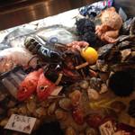 ボガマリ・クチーナ・マリナーラ - キッチン前に並べられた鮮魚。魚屋さんみたい。