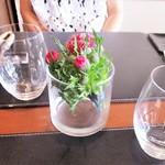 ヴィーニ デル ボッテゴン - 二人かけテーブルの中央に 赤い アザミの花が生けてありました。
